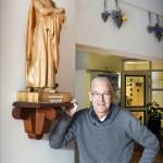 HAARLEM - Jurjen Beumer bij het beeld van St. Vincentius. United Photos/Paul Vreeker